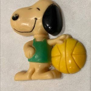 Vintage 1958 1966 Snoopy Basketball Magnet